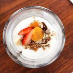 Yogurth griego y muesli con frutas frescas
