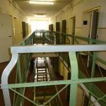 Zicht op een van de gangen met celdeuren