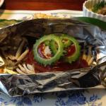 ある日の夕食はハンバーグのホイル焼き まぐろのサラダなど