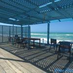 La terrasse ombragée directement sur la plage.