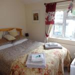 Queen room with kingsize bed and shared bathroom