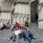 en la puerta de la catedral