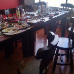 mesa reservada con platos sucios