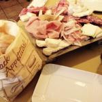 Tagliere di formaggi e salumi con focaccia