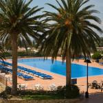 Terraza solarium con hamacas en la piscina