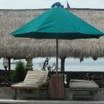 vue sur la piscine et la mer depuis le bungalow