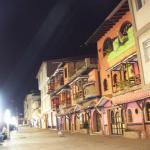vista nocturna del boulevar cercano al hotel