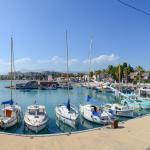 Blick vom Hafen auf Küste mit Hotel