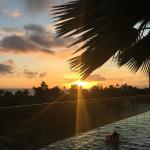 プールから夕日を眺める