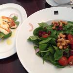 Essen im Pilot. Spinatsalat mit Haloumi und Tomatenbrot mit Hüttenkäse