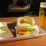Dos cheese burguer y jarra de cerveza en TGB Alicante