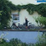 Husets vägg med våra cyklar innan cykeltur