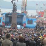 ステージに集まる人々