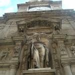 La torre dell'orologio con la statua di Sant'Ambrogio