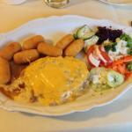 Schweinesteak mit Würzfleisch und Käseüberbacken, dazu Kroketten und Salat