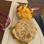 Home Burger.  La Snob. Salade César