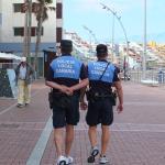 """Polizia """"da spiaggia"""" con le braghe corte."""