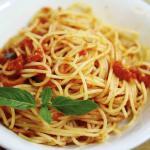 Spaghetti con tomate fresco que rico!