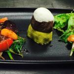 Filet de Rumsteck juste saisie et son écume au Foin et lard Paysan, palets de polenta et verdure