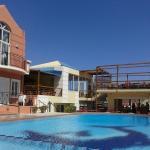 Widok na basen, jeden z bloków mieszkalnych oraz bar