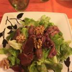 Ensalada con mollejas de pato en vinagreta de frambuesa