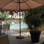 La terrasse qui donne sur la piscine