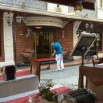 Vista desde el comedor a la calle de atras del hotel