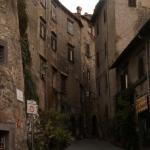 Il borgo dietro l'albergo e sotto il Castello