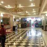 panoramica della hall reception, in fondo il negozietto interno