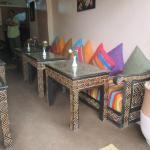 Les tables joliment décorés avec des fleurs fraiches