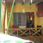 Ansicht private Terrasse vor jd. Zimmer mit Hängematte und Schaukelstuhl
