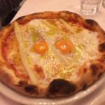 Pizza poco tirata asparagi freschi e uova