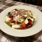 Svickova Stroganoff, kureci prsa s mozzarelo, salsou a olivami a Recky salat
