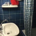 salle de bain très très étroite et vieillotte