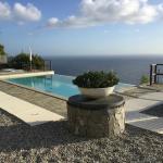 Der Hotelpool mit herrlichem Blick übers Meer