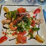 Entée : salade océane ( saumon , crevettes , rillette de saumon )