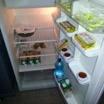 réfrigérateur avec des restes de salade !? peu avenant au moment du petit déjeuner