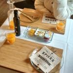 Desayuno con zumo natural y mermeladas caseras