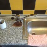 Encimera de Cocina. Rota, sucia y llena de bacterias