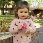 Mi hija en el parque del hotel
