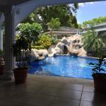 Patio avec piscine où on peut prendre le pdj