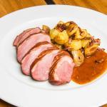 U nás zauzená kachní prsíčka s restovaným bramborem (Smoked duck breast, roast potatoes)
