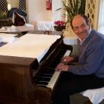 Giuseppe achter zijn piano