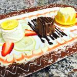 gemischter Dessertteller mit Zitronen-, Schokoladen- und Orangenparfait (v.l.)