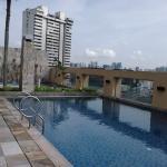 Boa piscina, com um playgraund e piscininha para crianças. Vista espetacular