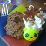 La mousse au chocolat du menu enfant (avec une bague panda clignotante)