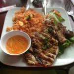 Poulet grillé et riz à la tomate