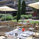 Grande terrasse largement ensoleillée où vous pouvez profiter d'un repas préparé par notre Chef.