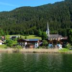 Blick vom See bei einer Ruderbootfahrt auf das Hotel