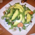 Ensalada de aguacate, zanahoria, rúcula, espinacas, tofu y frutos secos